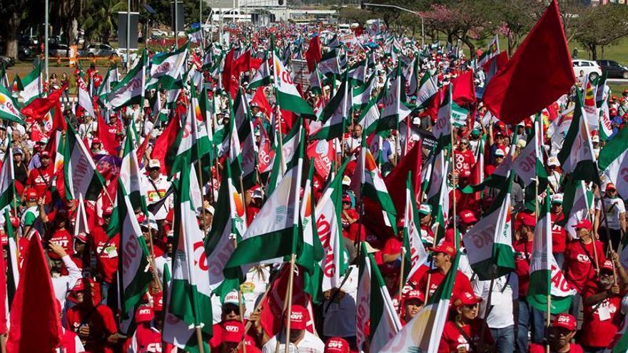 Sindicatos protestan el viernes y preparan huelga nacional en Brasil