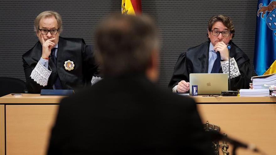 Los jueces Carlos Vielba y Salvador Alba escuchan el testimonio de un perito policial. (EFE/Ángel Medina G.)