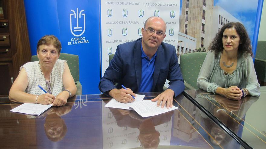 Momento de la firma del convenio entre el Cabildo y Cruz Roja.