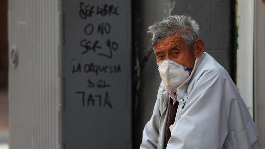 Un ciudadano con tapabocas es visto este lunes, en una calle de la ciudad de Quito (Ecuador).