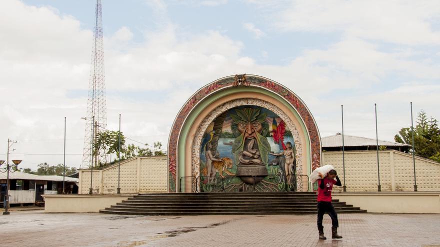 Plaza Central del Centro Poblado Tiputini. La escultura que retrata la fuerza y magia de los pueblos Amazónicos del Ecuador se funde en una cotidianidad extractiva. | FOTO: Esteffany Bravo S.