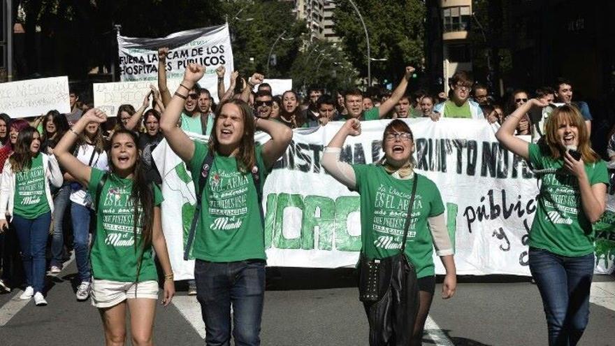 Miembros del Frente de Acción Estudiantil protestando por los recortes