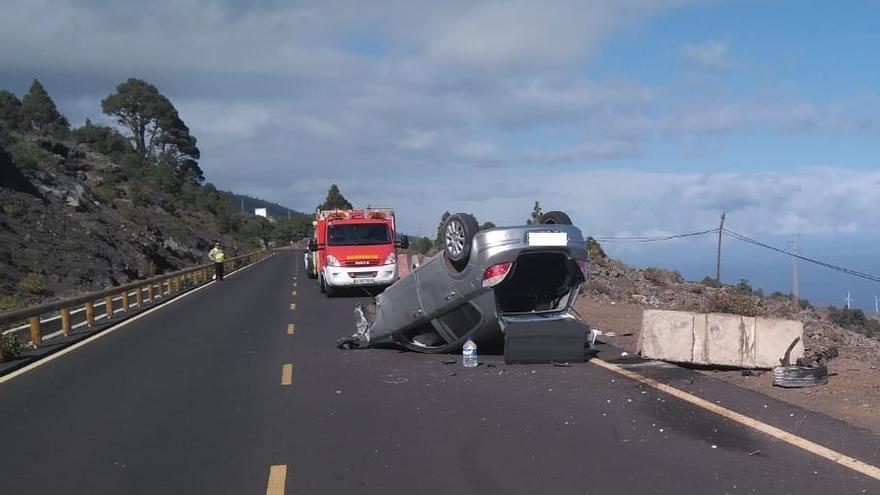 En la imagen,  el vehículo accidentado en la carretera LP-2, este sábado, en el municipio de Fuencaliente.