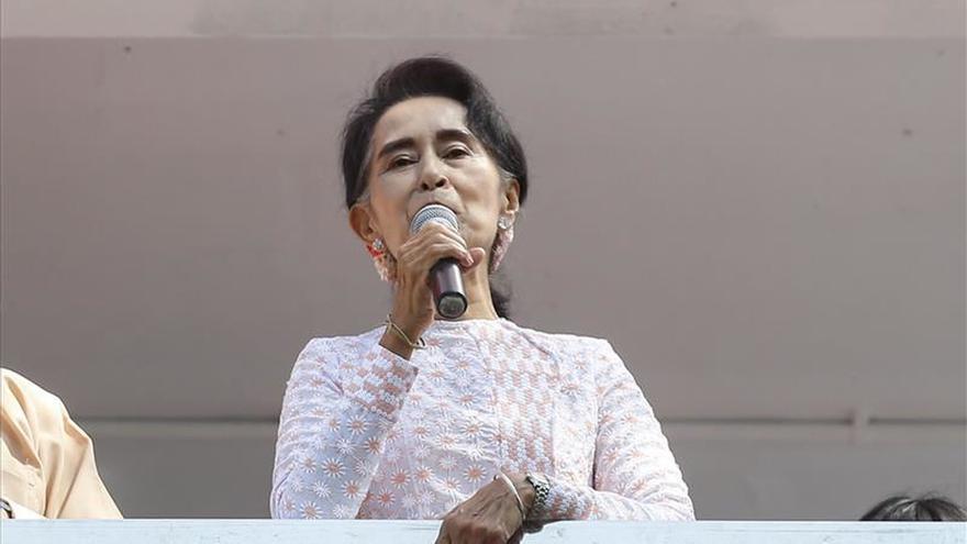Suu Kyi pide una reunión con el jefe del Ejército tras los comicios birmanos
