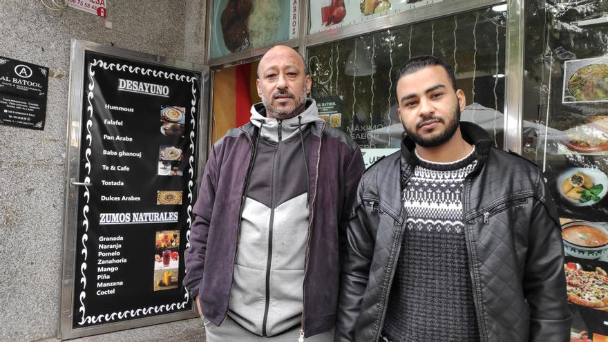 Ahmed y Husam posan delante del restaurante Al Batool de Jerez.