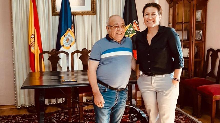 El presidente de la casa regional de La Palma en Tenerife, Luis Expósito, y la concejala de Cultura y Educación del municipio, Celia Santos.