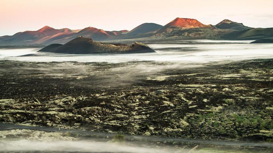 'Amanecer entre volcanes' de Moisés Toribio Morales (Lanzarote), con 92 puntos, ha consiguido la tercera posición en  el 'I Concurso de Fotografía Volcánica de Canarias'.