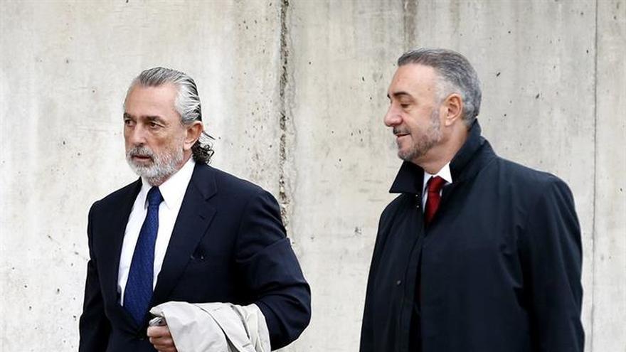 Correa, junto a su abogado, Juan Carlos Navarro, este jueves en la sede de la Audiencia Nacional en San Fernando de Henares.