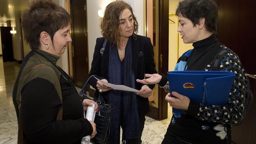 Las sindicalistas entregan a la consejera Cristina Uriarte en el Parlamento una carta con sus reivindicaciones.