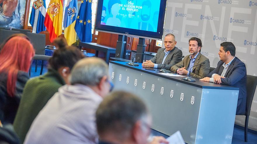 Carlos Alonso y dos de sus consejeros, en la presentación de la octava edición del plan de empleo del Cabildo