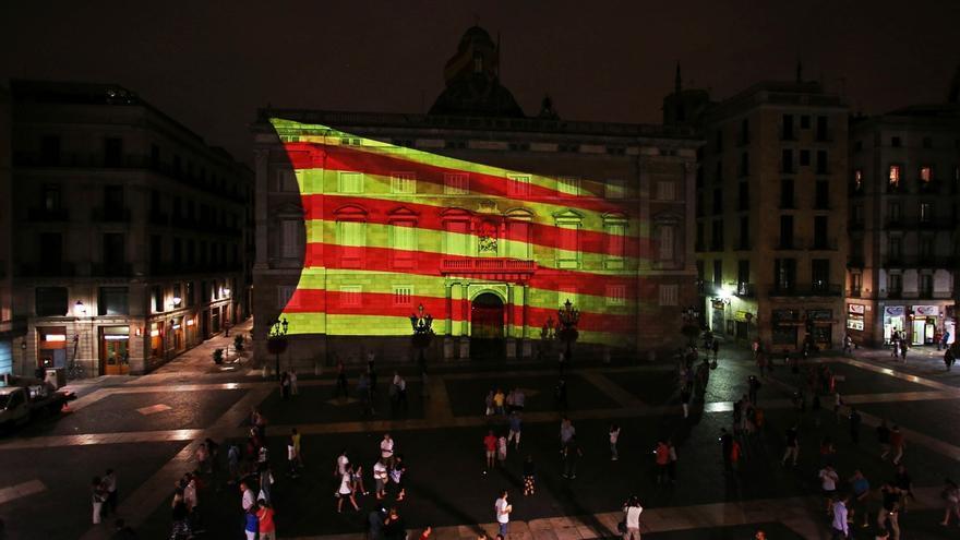 Una gran 'senyera' proyectada en la fachada de la Generalitat inaugura los actos