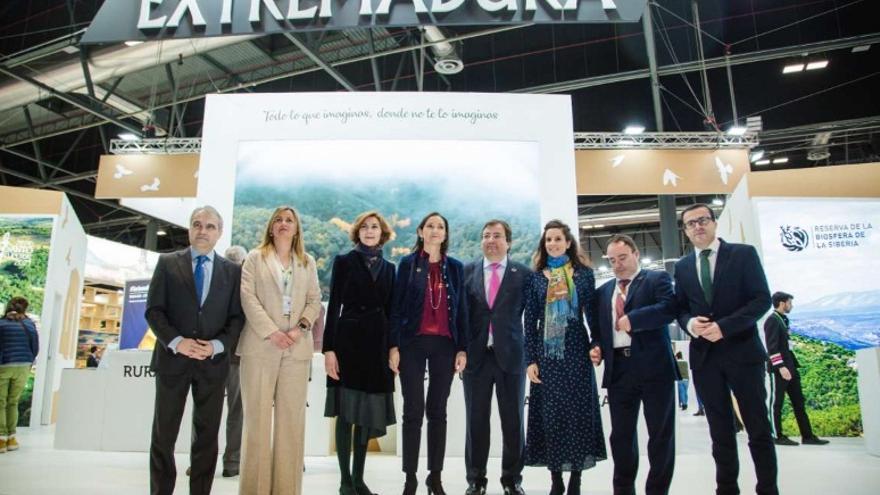 El presidente de la Junta, Guillermo Fernández Vara; y la Ministra de Industria, Comercio y Turismo, Reyes Maroto; han visitado el stand de Extremadura
