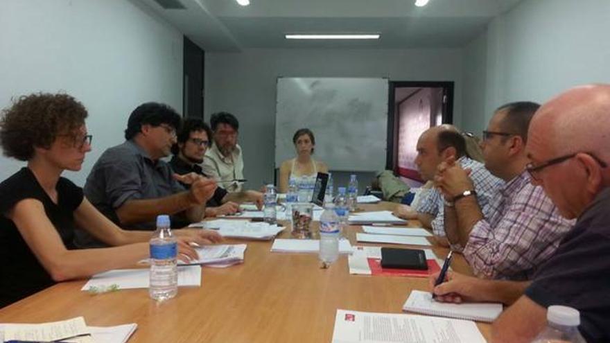 Imagen de una reunión de negociación entre Guanyar Alacant y el PSOE