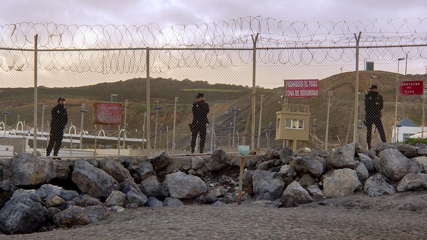Policía Nacional custodiando el paso fronterizo del Tarajal, Ceuta, dónde en 2014 14 personas murieron y una desapareció tras la actuación de las FFCCSS del Estado español
