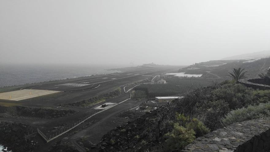 Imagen del entorno del Aeropuerto de La Palma, este martes, con calima.