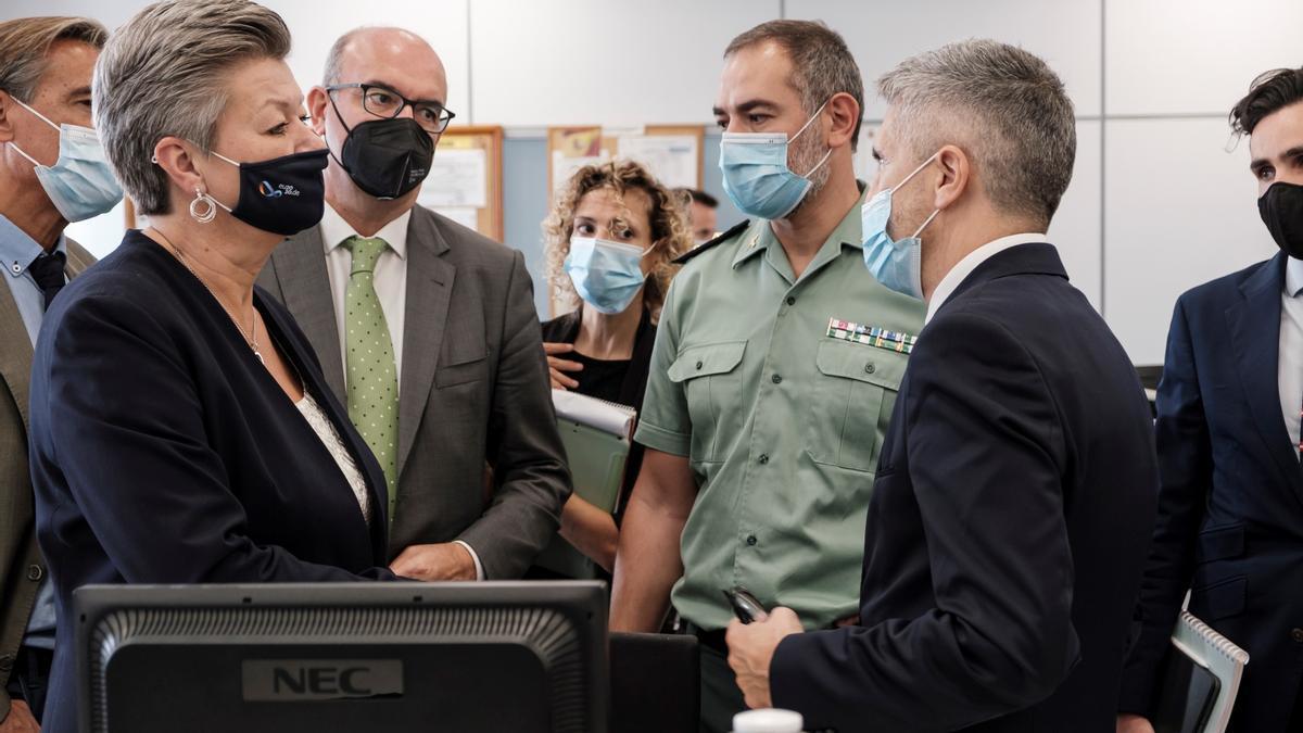 El ministro del Interior, Fernando Grande-Marlaska, y la comisaria europea del área, Ylva Johansson, durante una visita a Canarias en 2020.
