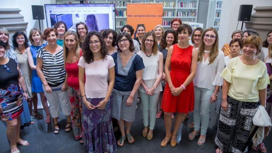 Representantes de la Unió de Periodistes y de agentes de Igualdad en la presentación de 'Agenda d'Expertes'
