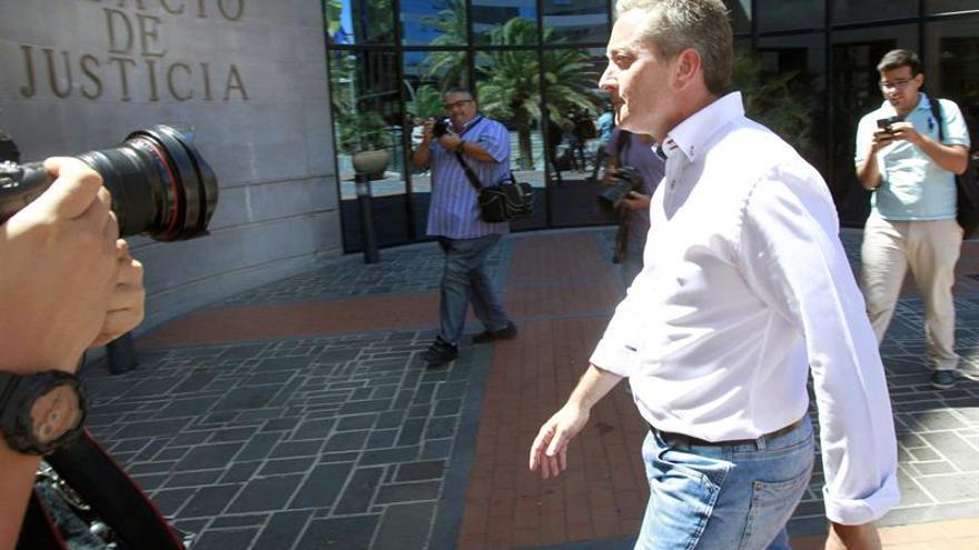 El ex director de la Radiotelevisión Canaria, Guillermo García, yendo a comparecer ante el Juzgado de Instrucción Número 4 de Santa Cruz de Tenerife como imputado. (EFE/Cristóbal García)