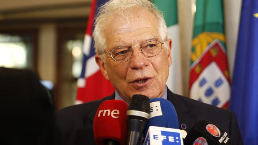 """Borrell critica la """"exageración verbal"""" y la """"crispación"""" de Casado"""