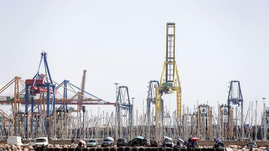 Colas de un kilómetro en el acceso al puerto de Valencia en una jornada sin paros