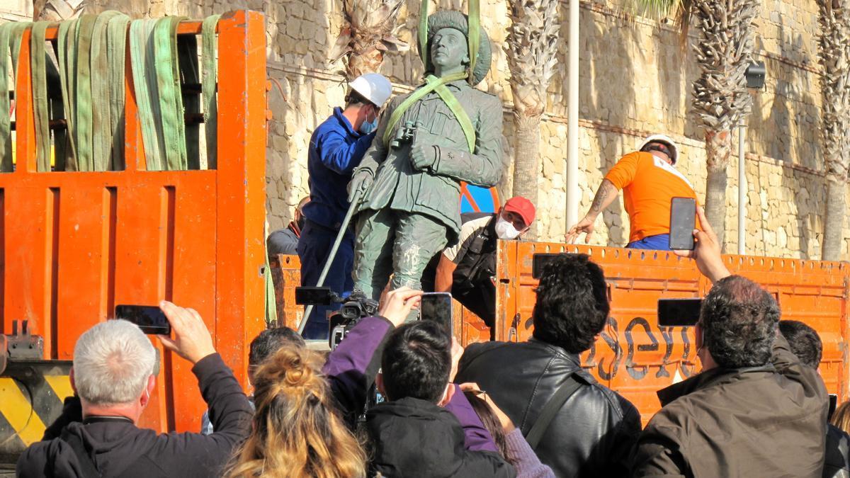 Retirada de la estatua de Franco en Melilla en febrero de 2021.