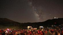 Un grupo de visitantes contempla las estrellas en Sierra Nevada.