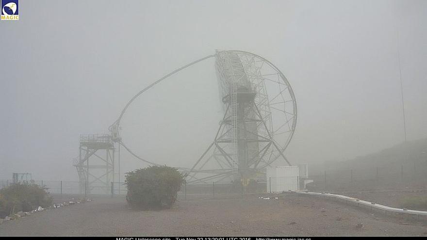 Uno de los telescopios MAGIC, este sábado, en el Roque de Los Muchachos. Imagen: webcam MAGIC.