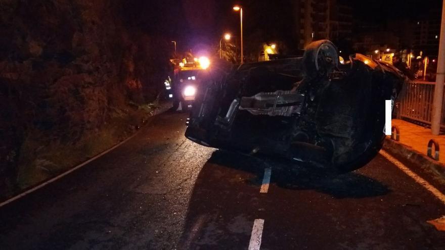 En vehículo quedó volcado en la carretera.
