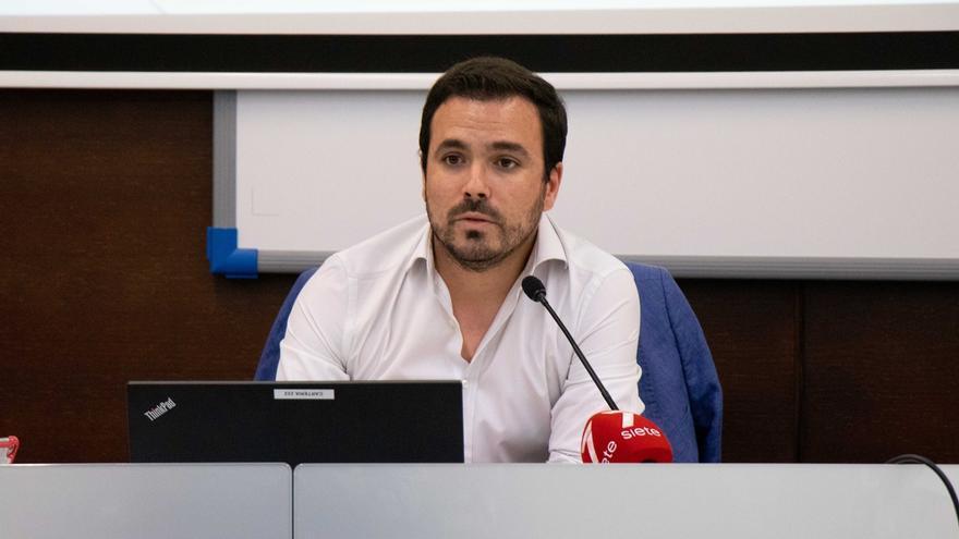 Alberto Garzón apunta a la economía como tercera pata en la relación entre la política y el periodismo