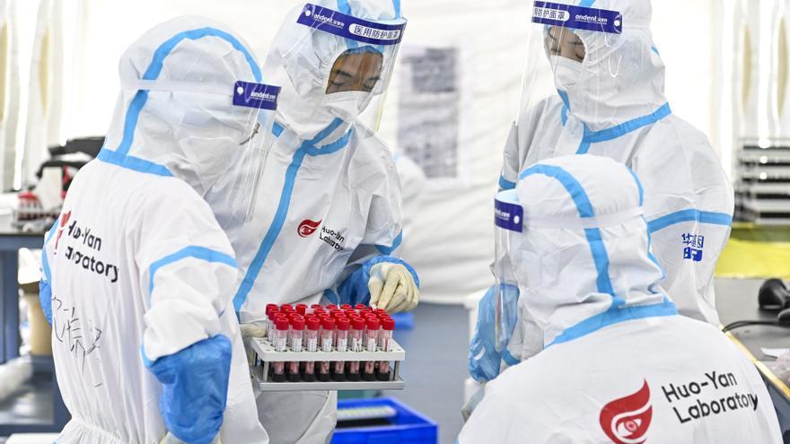 Trabajadores en el laboratorio de Huo-Yan, China