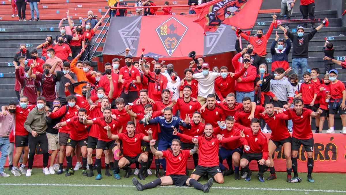 Los futbolistas del Mensajero celebra su gran triunfo