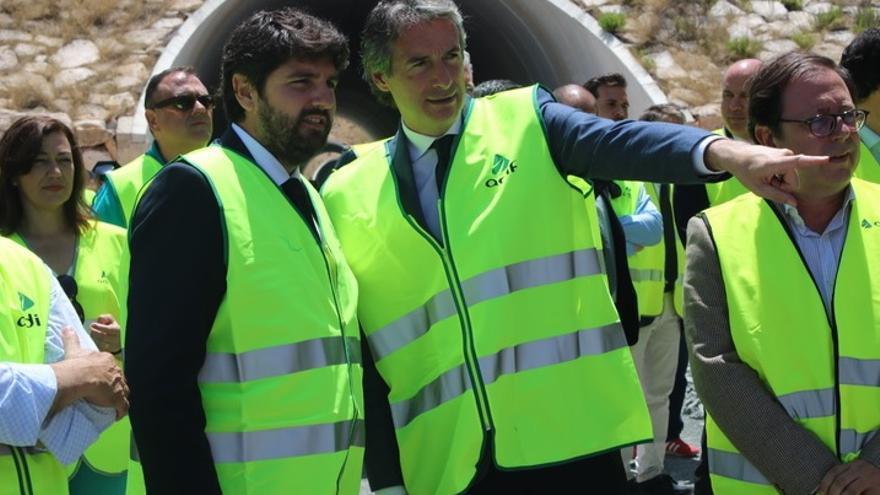 Íñigo de la Serna junto al presidente de Murcia en su visita a las obras de la variante de Camarillas.