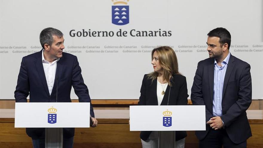 El presidente del Gobierno de Canarias, Fernando Clavijo (i), acompañado por la consejera de Hacienda y por el consejero de Presidencia, Justicia e Igualdad del Ejecutivo canario, Rosa Dávila y Aarón Afonso.