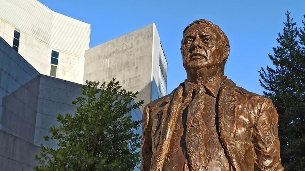 La estatua de Miguel Celdrán en Badajoz