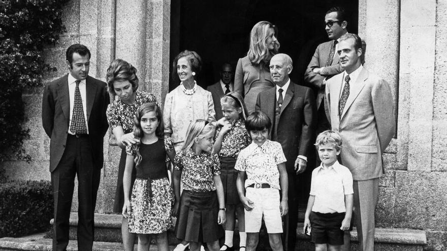 La familia Franco y los entonces príncipes de España con sus hijos en la puerta del pazo de Meirás