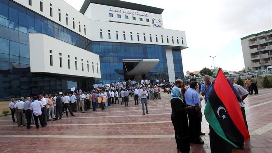 Hombres armados asaltan la sede de la compañía nacional petrolera en Trípoli