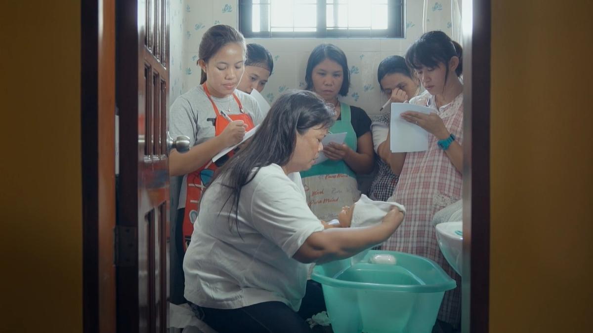 Fotograma de una de las escenas del documental 'Overseas'.