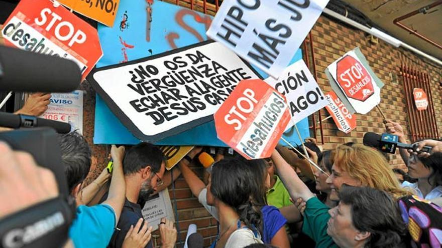 Vecinos contra un desahucio en Madrid (Efe)