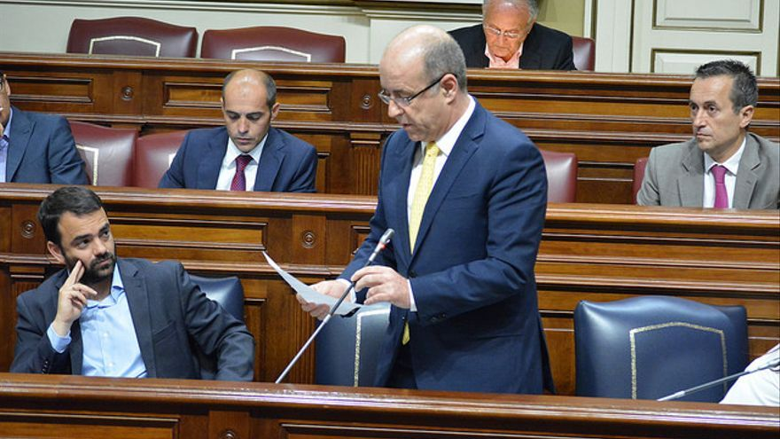 El consejero de Economía, Industria, Comercio y Conocimiento, Pedro Ortega, en el Parlamento de Canarias