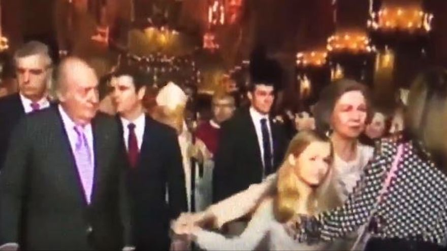 Otra captura de la salida de misa de la familia real