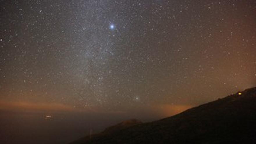 ARRIB: La estrella Canopo, la más brillante de la imagen, sobre la Montaña de Azufre, en Mazo. ABAJO: Ocaso de Canopo sobre Pico Bejenao visto desde el yacimiento rupestre de Roquito de La Fortaleza, en San Andrés y Sauces (MIGUEL MARTÍN)