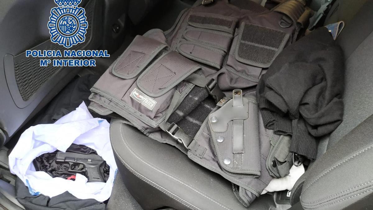 Objetos intervenidos por la Policía Nacional a dos personas que se hacían pasar por agentes