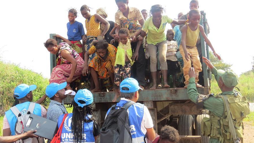 Mujeres y niños congoleños llegan a la frontera de Angola tras huir de los ataques de las milicias en Kasai, en la República Democrática del Congo. Los trabajadores de ACNUR les resgistran y les transportan a campos o refugios de acogida.