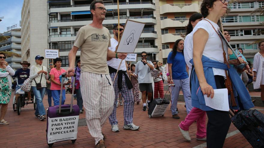 Marcha en Las Canteras para protestar por la turistificación