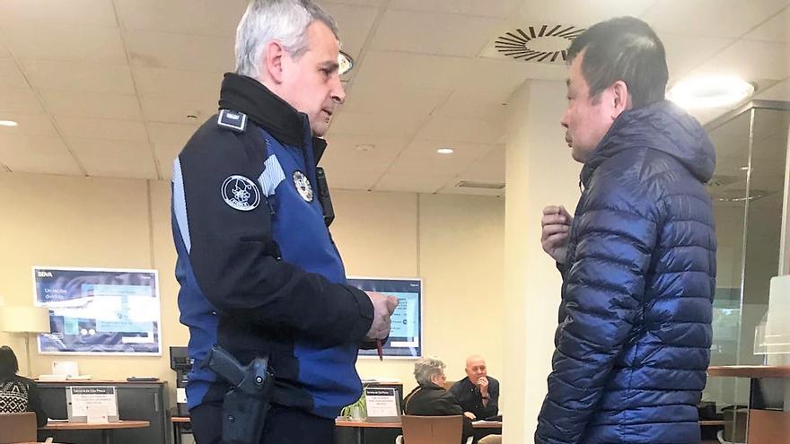 La policía entra en la sucursal de Usera del BBVA