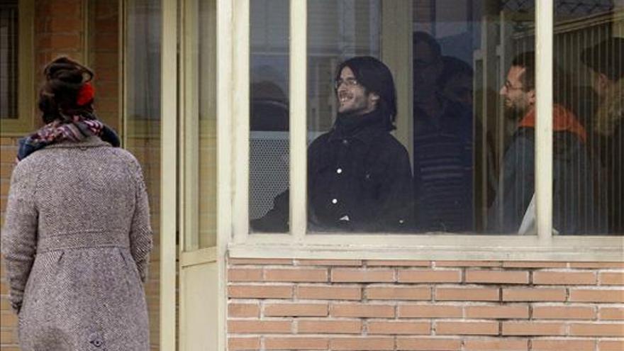 Raúl García Pérez (d), de 34 años, y Alfonso Lázaro de la Torre (c), de 29, los dos titiriteros encarcelados desde el pasado sábado acusados de ensalzar a ETA y Al Qaeda en un espectáculo de carnaval celebrado en Madrid, a su salida hoy de la cárcel de Soto del Real (Madrid). EFE
