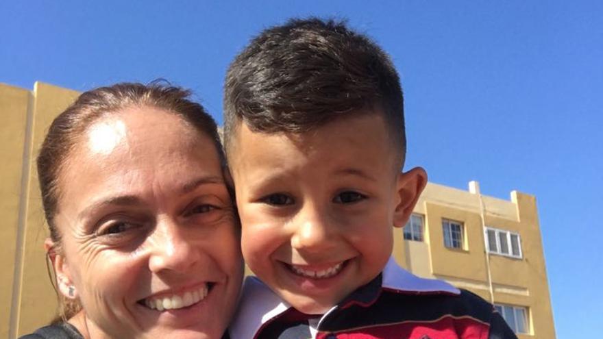 La portera internacional valenciana Silvia Navarro con su hijo