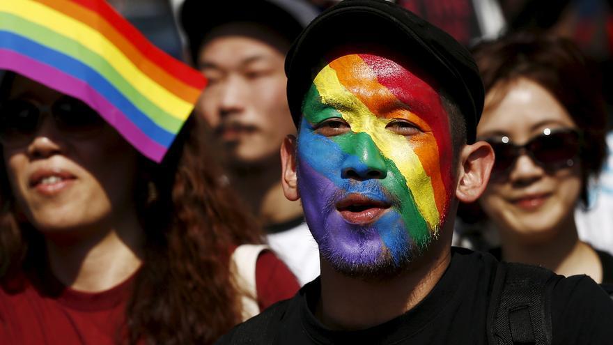 Un hombre con el rostro pintado con los colores del arco iris asiste a la marcha del orgullo de de Tokio © REUTERS / Thomas Peter