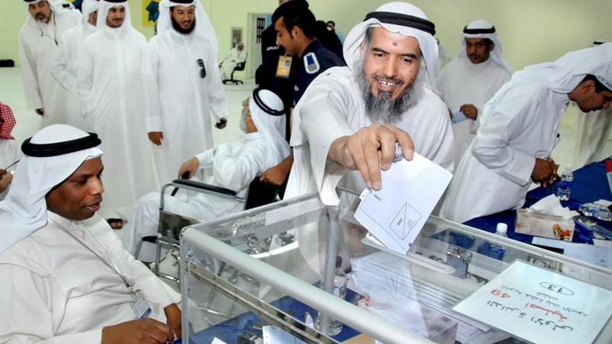 Kuwait acude a las urnas para elegir un nuevo Parlamento tras su disolución
