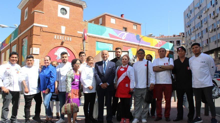 Visita oficial de la delegación de la Embajada de Perú en España y de 20 cocineros de ese país al Mercado de los Mostenses